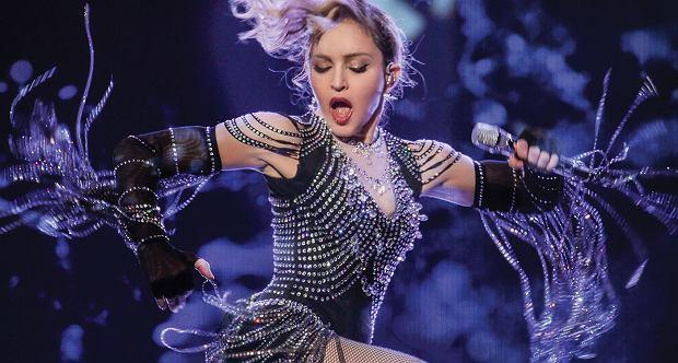 Jest niekwestionowaną królową muzyki pop, najlepiej zarabiającą artystką wszech czasów, żyjącą legendą, ikoną mody, mistrzynią autokreacji, scenicznym kameleonem oraz nieposkromioną skandalistką. Doskonale wie, czego chce od życia i nie boi się podejmować ryzyka. Sprzedała najwięcej płyt ze wszystkich piosenkarek w historii muzyki. O kim mowa? Oczywiście o Madonnie! Od ponad trzydziestu lat jest aktywna zawodowo. Przez cały okres trwania swojej kariery wywołała więcej afer niż ktokolwiek inny w świecie show-biznesu. Dzisiaj obchodzi 59. urodziny. Z tej okazji wybraliśmy dla Was największe skandale z udziałem Madonny.