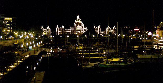 Podróże: na skraju raju czyli Kolumbia Brytyjska, ameryka północna, podróże, Nocny widok na port i budynek Parlamentu Kolumbii Brytyjskiej.