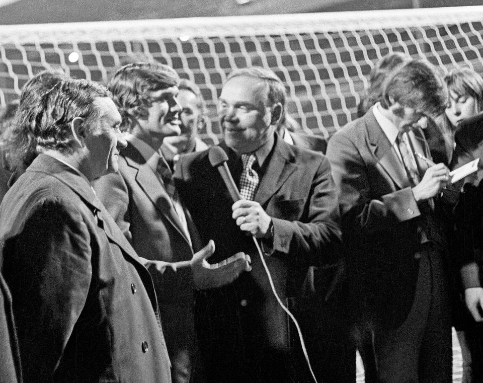 Eliminacje do Mistrzostw Świata w RFN, 1974 r., mecz Anglia-Polska (1:1), stadion Wembley, 17 października 1973 r. Na zdjęciu (od lewej): trener Kazimierz Górski, Włodzimierz Lubański, komentator sportowy Jan Ciszewski i Kazimierz Deyna, rozdający autografy