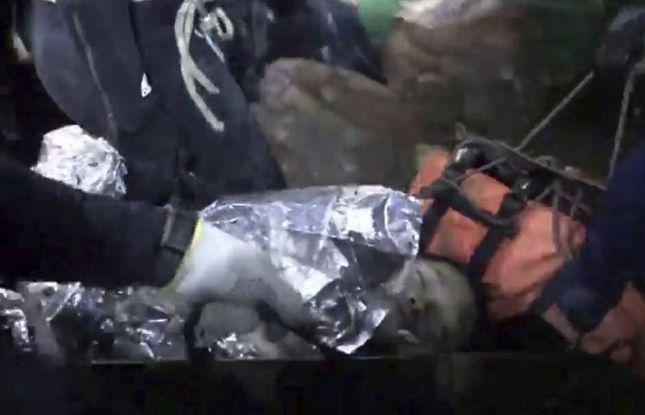 Jeden z uratowanych chłopców. Był - tak jak i jego koledzy - nieprzytomny podczas akcji wyciągania z jaskini