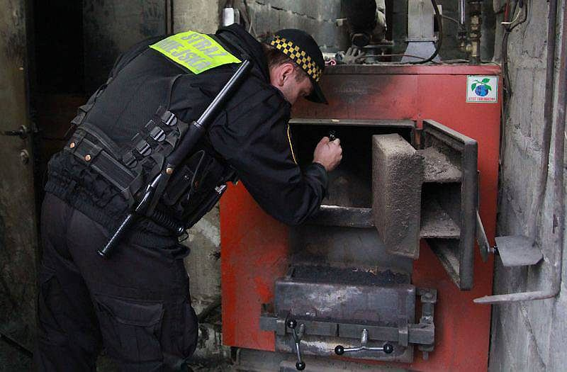 Krakowscy strażnicy miejscy od 2009 r. kontrolują piece w mieście. Tylko w listopadzie 2015 r. strażnicy sprawdzili 483 posesje i ujawnili 89 przypadków spalania odpadów. Wystawili 41 mandatów, pouczyli 48 osób