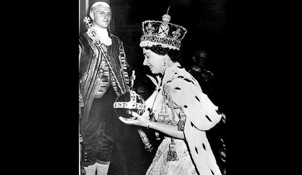 Zdjęcie numer 2 w galerii - Królowa zdradziła, dlaczego nigdy nie schyla głowy, gdy ma na niej koronę. To niebezpieczne