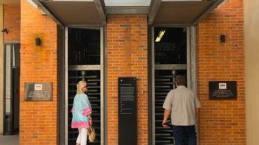 Muzeum Apartheidu. Nad drzwiami budynku pozostały napisy z ery apartheidu wskazujące wejścia dla białych i czarnych
