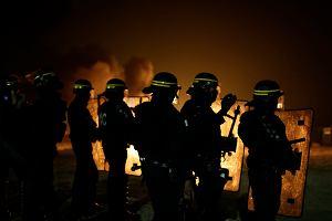 """Trwa likwidacja płonącej """"dżungli"""" w Calais. Bojowe oddziały policji starły się z migrantami"""