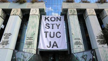Obywatele RP wieszają baner 'Konstytucja' na budynku Sądu Najwyższego.