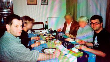 Maciej Wąsik (z prawej) i Tomasz Prus na imprezie komunijnej u rodziców braci Rudnickich w 2007 r. Rodzice siedzą obok Wąsika, obok Prusa żona Marcina Rudnickiego