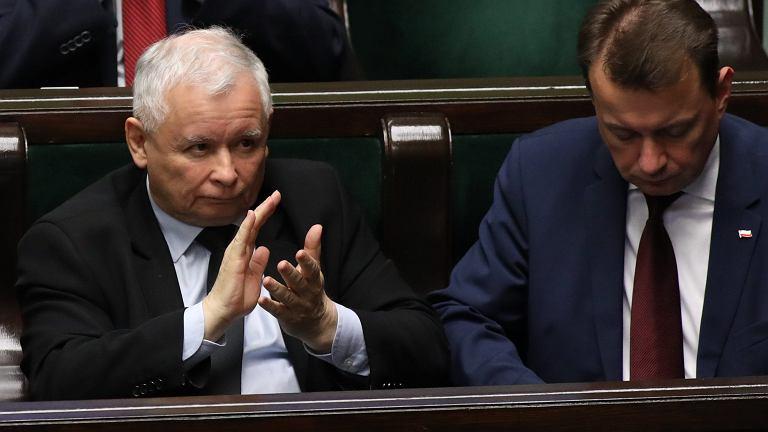 Szef MSW Mariusz Błaszczak i jego faktyczny zwierzchnik, prezes Jarosław Kaczyński, podczas 42. posiedzenia Sejmu VIII kadencji