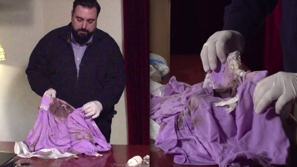 Tomasz Sekielski prezentuje zakrwawione ubrania z willi Jaroszewiczów
