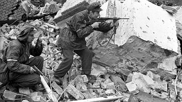 Tadeusz Przybyszewski 'Roma' z batalionu 'Gustaw' z pistoletem maszynowym Błyskawica podczas walk w okolicach ulic Kredytowej i Królewskiej
