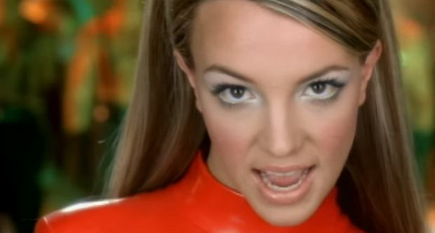 Britney Spears w klipie do 'Oops. I Did It Again'