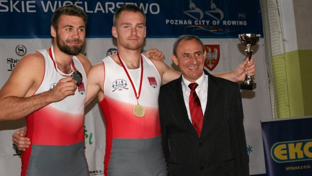 Damian Plewi�ski i �ukasz Lewandowski na podium w towarzystwie wiceprezydenta Kalisza