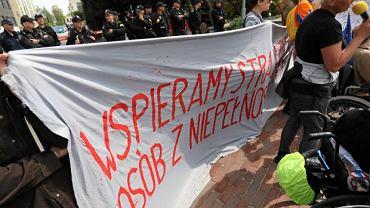 Manifestacja wsparcia dla protestujących w Sejmie
