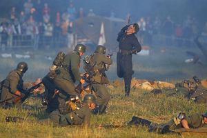 Dramatyczne sceny pod twierdz� w Brze�ciu. Tak wojn� potrafi� odtwarza� tylko Rosjanie i Bia�orusini