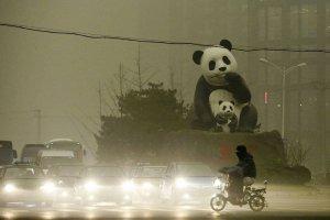 To nie wieczór, to środek dnia. Tak od kilku dni wygląda Pekin. Miasto przykrył całun smogu
