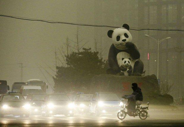 To nie wiecz�r, to �rodek dnia. Tak od kilku dni wygl�da Pekin. Miasto przykry� ca�un smogu