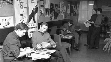 Katowice, październik 1969 r. Mężczyźni zakwaterowani w hotelu robotniczym Przedsiębiorstwa Budownictwa Miejskiego oglądają wystawę w klubie Kalejdoskop Młodych z okazji Dnia Trzeźwości