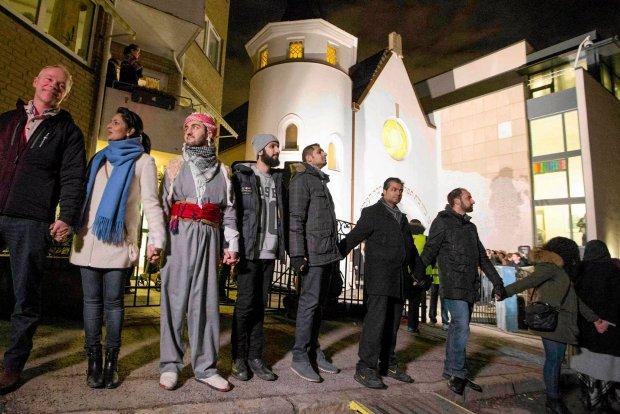"""Muzu�manie stan�li r�ka w r�k� wok� synagogi w Oslo. """"Chcemy zademonstrowa�, �e ludzko�� jest jedno�ci�"""""""