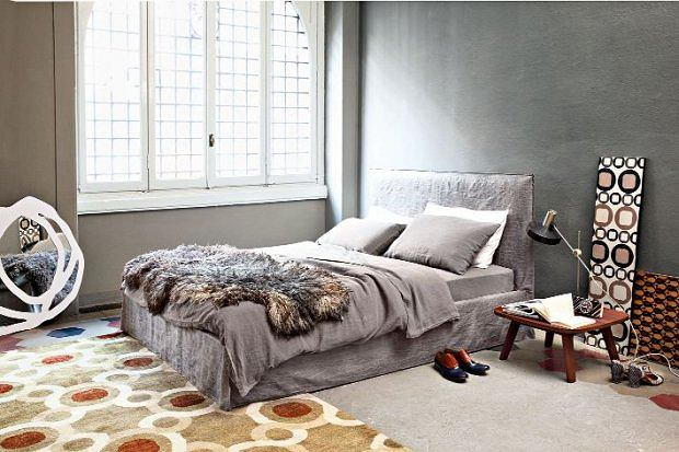 Szara sypialnia. Pomysły na aranżację w szarościach