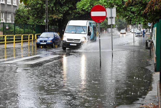 """""""Deszczówka to wrzód"""". Dlaczego wciąż zalewa polskie miasta?"""