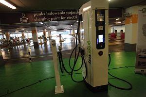 """Ładowanie aut elektrycznych przestaje być darmowe. Czy koszty jazdy """"elektrykami"""" wciąż będą atrakcyjne?"""
