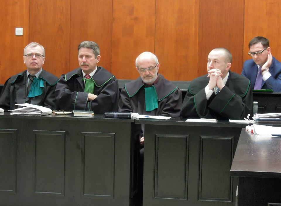 Daniel Obajtek (na zdjęciu z prawej, na ławie oskarżonych), obecny prezes Agencji Restrukturyzacji i Modernizacji Rolnictwa, z zarzutami łapówkarstwa i oszustwa wczoraj w Sądzie Okręgowym w Sieradzu