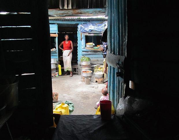 Uganda, alejka 'hoteli', czyli lokalnych jadłodajni, nabazarze w Fort Portal.