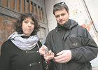 Helena Czernek i Aleksander Prugar właściciele firmy artystycznej Mi Polin przed kamienicą przy Próżnej