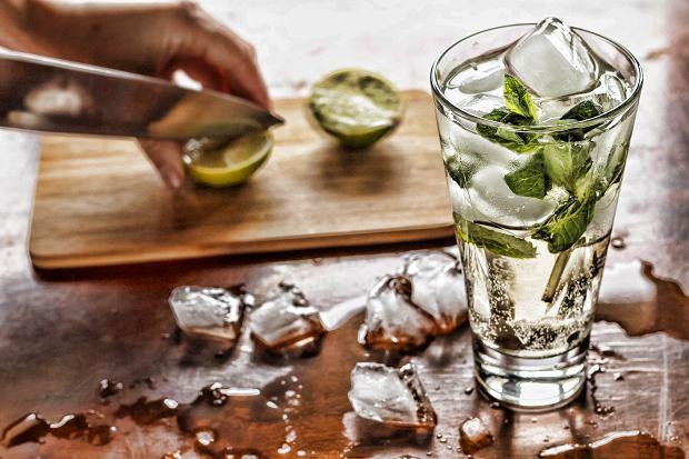 Picie wody zapewnia właściwe nawilżenie skóry