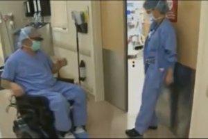 Ten chirurg jest sparali�owany od pasa w d�, ale dalej operuje. Daje przyk�ad pacjentom