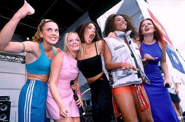 Tym razem to oficjalna informacja! Podpisanie kontraktu muzycznego Spice Girls uczciły wspólnym zdjęciem. Po latach rozłąki nadal wyglądają szałowo.