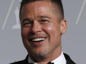 Brad Pitt lepiej wygl�da w okularach czy bez?