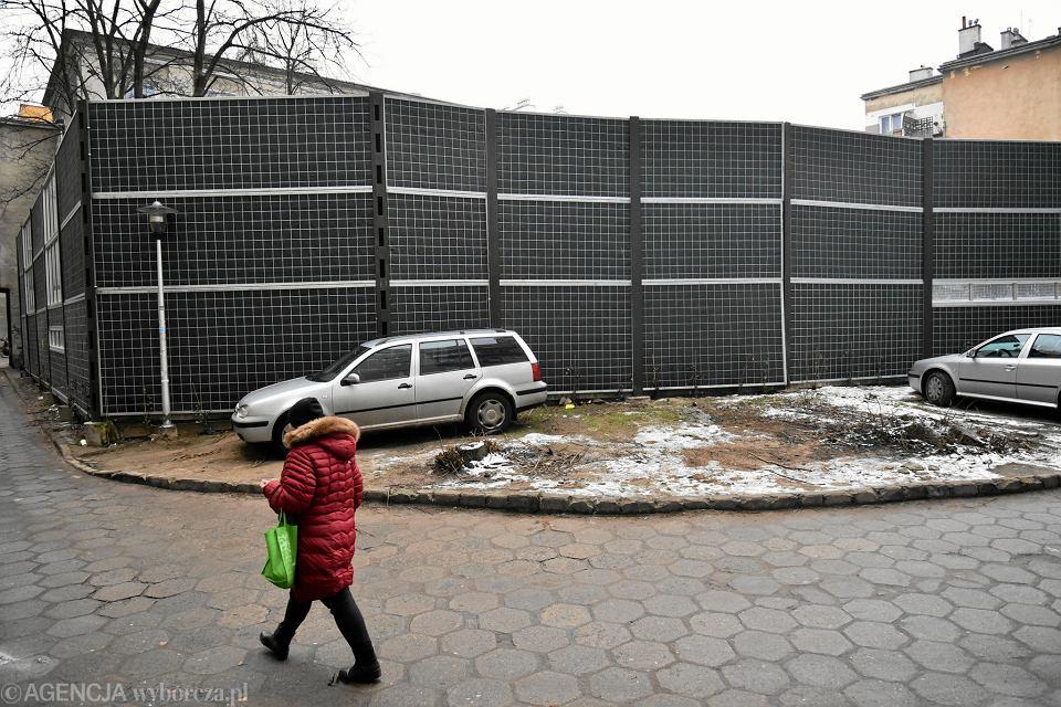 Budowa wentylatorni drugiej linii metra i ekrany akustyczne na podwórku na Woli.