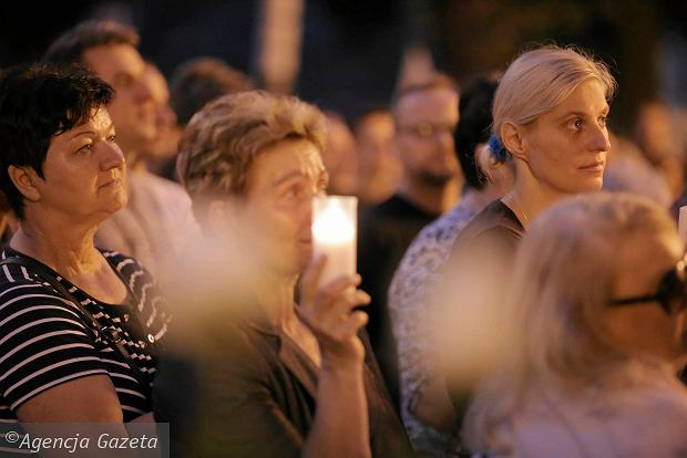 Zdjęcie numer 3 w galerii - Tłumy przed Sądem Okręgowym w Łodzi. Kolejny dzień protestów przeciwko zmianom PiS w sądownictwie [ZDJĘCIA]