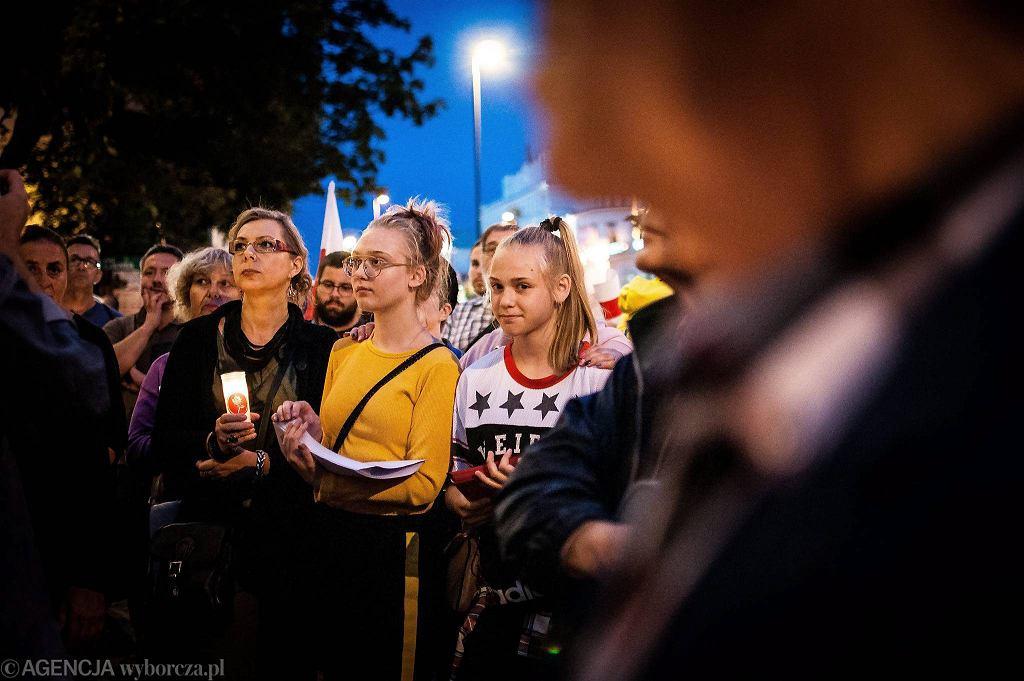 Wtorkowa manifestacja przed gmachem Sądu Okręgowego w Lublinie. Wzięło w niej udział kilkaset osób. To ostatni dzień protestów w obronie nieniezależności sądów.