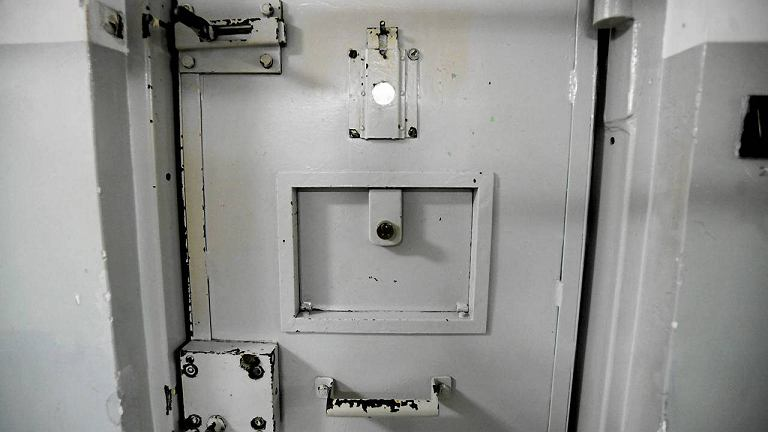 Drzwi do celi więziennej
