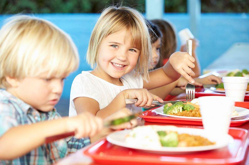 Obiady w polskich szkołach mają być i zdrowsze, i smaczniejsze