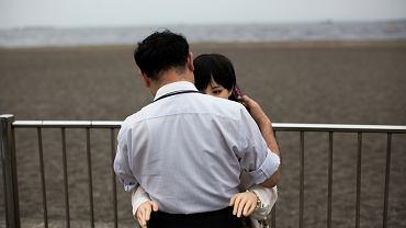 Fizjoterapeuta Masayuki Ozaki ze swoją sylikonową lalką Mayu nad Zatoką Tokijską. Taka lalka kosztuje ok. 6 tys. dolarów, ma zdejmowaną głowę, regulowane palce i wyglądające na naturalne genitalia. Maj 2017 r.