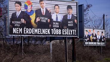 Billboard przedwyborczy z 2014 r. przedstawiający polityków opozycji. Napis na plakacie głosi 'Nie zasługują na kolejną szansę'. Billboardy ufundowała korzystająca z nowych przepisów o NGO-sach organizacja CÖF.