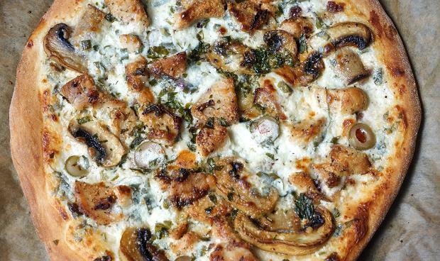 Pizza bianca to nietypowa włoska pizza bez sosu pomidorowego i zwykle bez sera