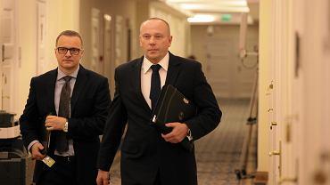 Piotr Pytel - szef Służby Kontrwywiadu Wojskowego (c) w drodze na zamknięte posiedzenie komisji do spraw służb specjalnych