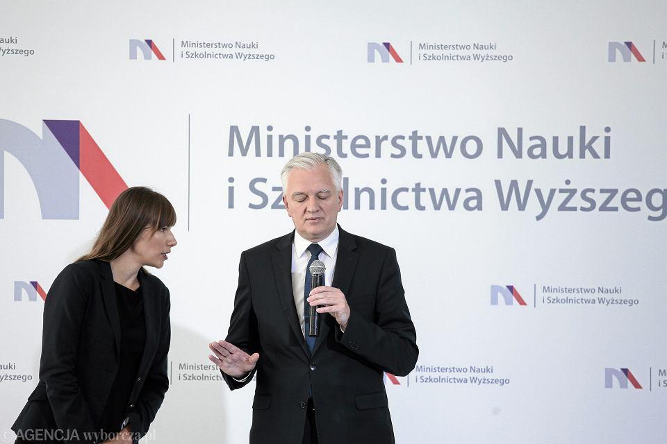 Minister Jarosław Gowin podczas konferencji prasowej ws. planowanych zmian w obszarze nauki i szkolnictwa wyższego. Warszawa, 9 września 2016