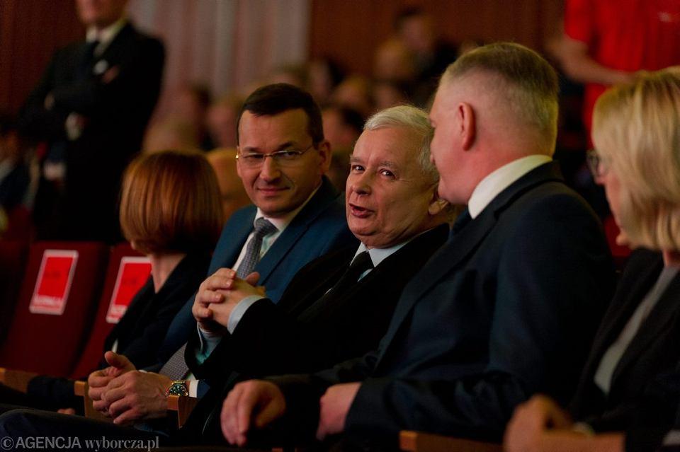 Prezes partii rządzącej Jarosław Kaczyński i podwładni: wiceprezesi rady ministrów: Mateusz Morawiecki (obecny premier rządu PiS) i Jarosław Gowin podczas kongresu  'Impact16: 4.0 Economy'. Kraków 15 czerwca 2016