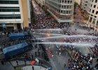Strzały i gaz łzawiący na ulicach Bejrutu. Protestujący domagają się dostępu do wody - policja używa armatek wodnych