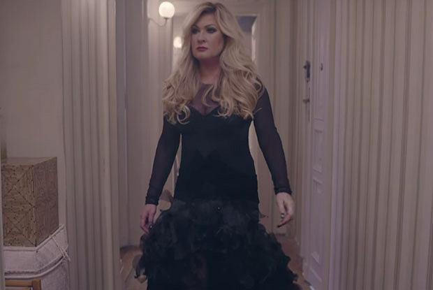 57b1029d42 Beata Kozidrak w sukience Ewy Minge w klipie BINGO