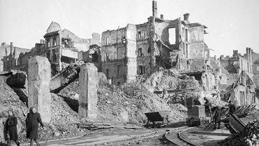 1945, Warszawa, fragment ruin Śródmieścia (prawdopodobnie strona parzysta ul. Świętokrzyskiej na wysokości ul. Mazowieckiej).