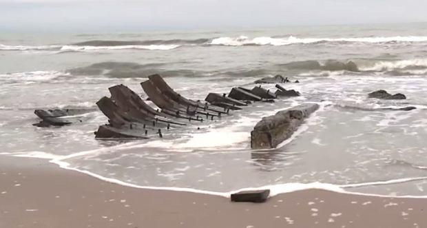 """Sztorm na Bałtyku odsłonił 27-metrowy wrak sprzed kilkuset lat. """"Wymaga natychmiastowego zabezpieczenia"""""""