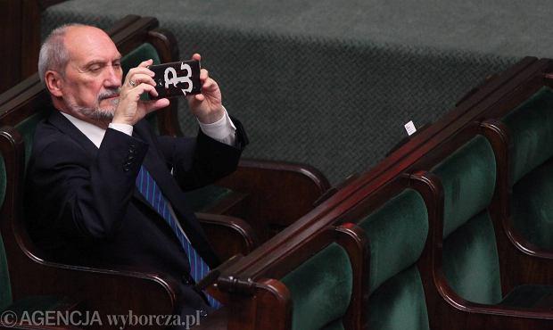 Uwaga! Ważne dla bezpieczeństwa kraju. Macierewicz z trybuny sejmowej powtarza jako prawdę żarty rosyjskiego trolla