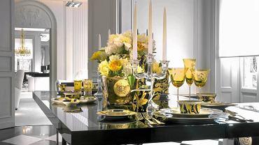 Stół bogato zastawiony. Mnogość form, kolorów i materiałów. Zastawa z kolekcji Vanity, wazon - Medusa Gold, szkło - Arabesque Amber. Rosenthal