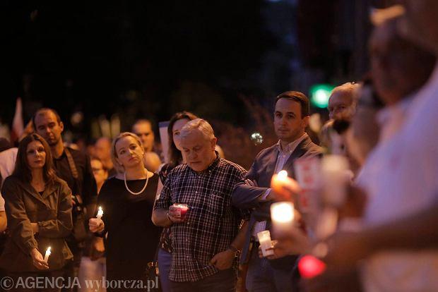 Zdjęcie numer 2 w galerii - Tłumy przed Sądem Okręgowym w Łodzi. Kolejny dzień protestów przeciwko zmianom PiS w sądownictwie [ZDJĘCIA]
