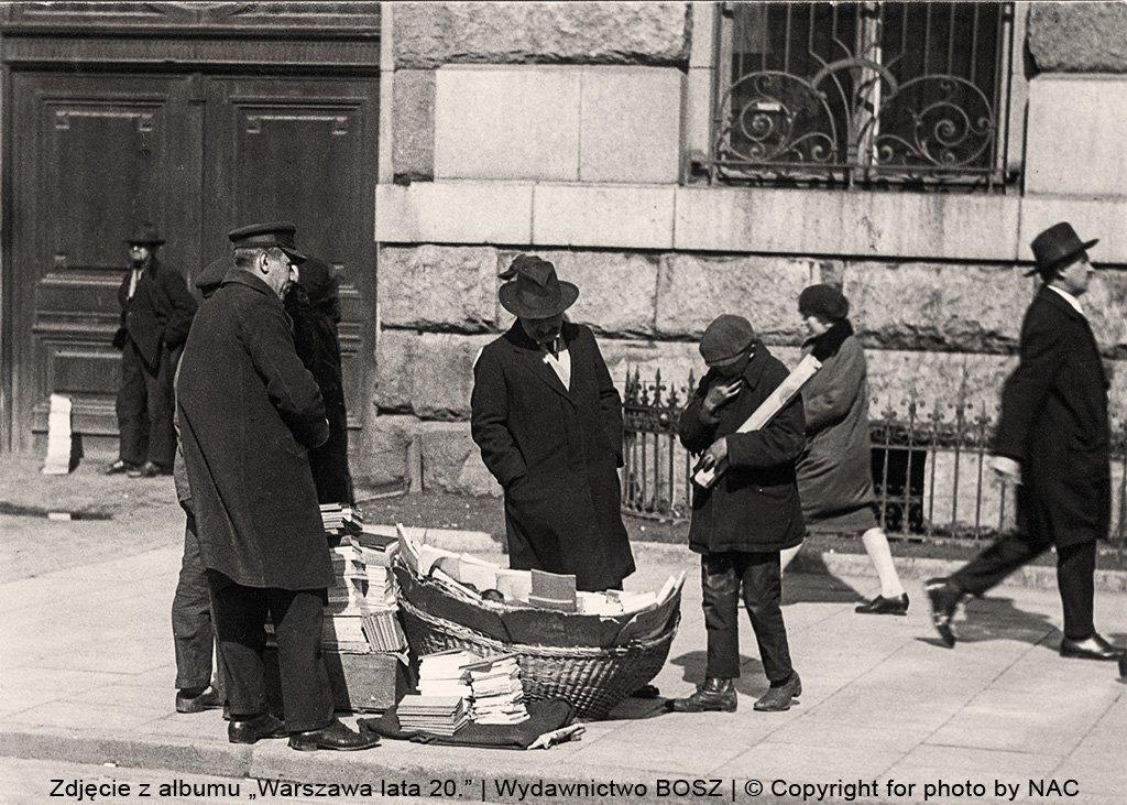Przed pocztą na placu Napoleona